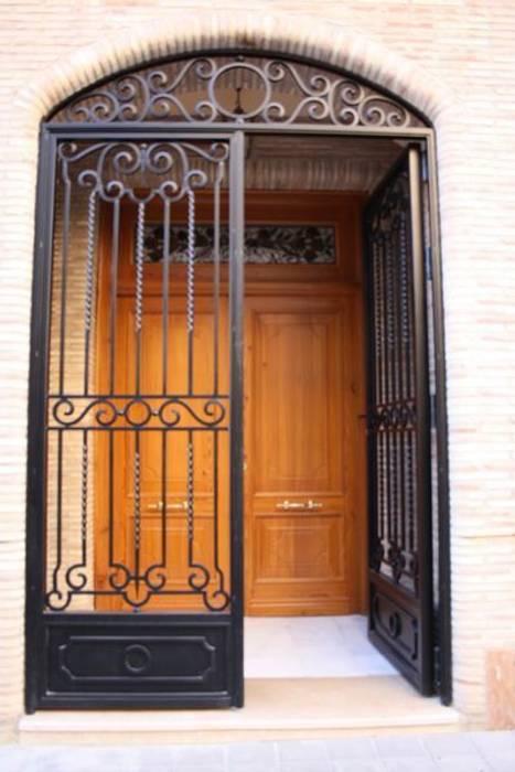 Puerta de entrada Casas de estilo rústico de MUDEYBA S.L. Rústico