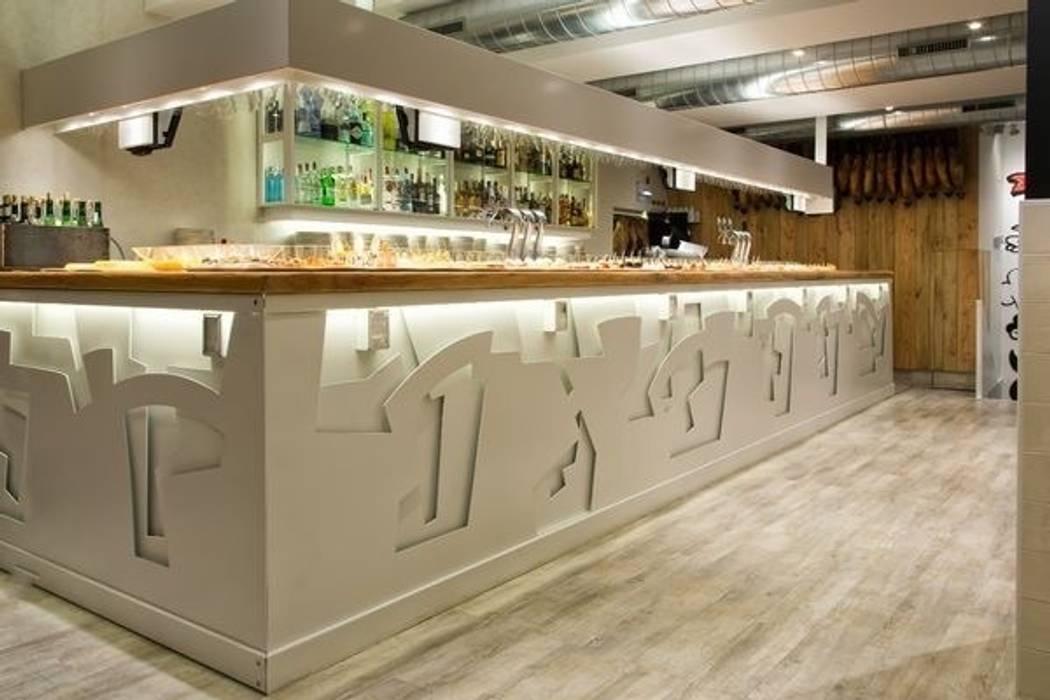 La barra como elemento escultórico: Locales gastronómicos de estilo  de agm arquitectos s.l.p.
