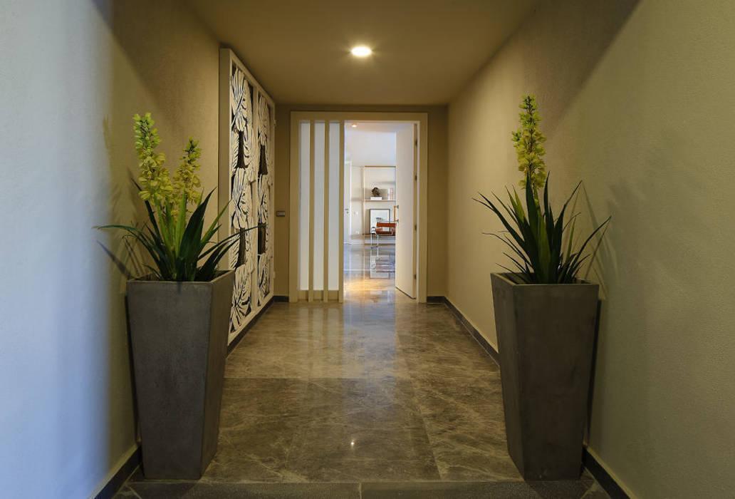 Corridor & hallway by Escapefromsofa, Modern