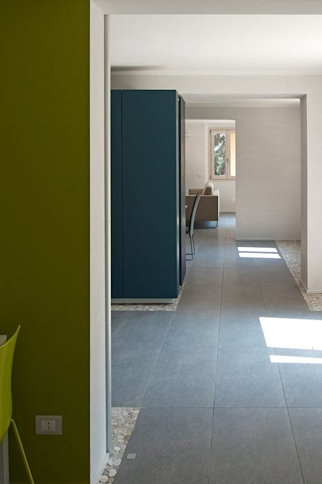 Rumah oleh IOTTI + PAVARANI ARCHITETTI, Minimalis