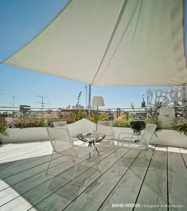 CASA LL Balcones y terrazas de estilo escandinavo de Manuel Ocaña Architecture and Thought Production Office Escandinavo