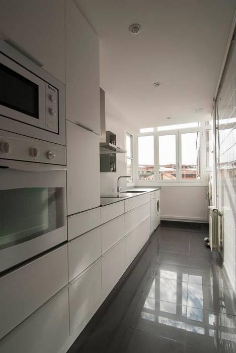 Modern Kitchen by Trestrastos Modern