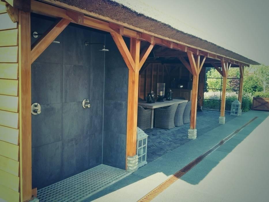 Paviljoen met buitendouches en buitenkeuken: tuin door stam