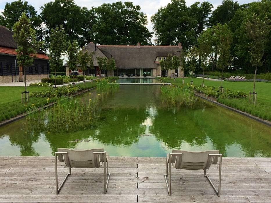 Landschappelijke tuin met zwemvijver rustiek brocante zwembad