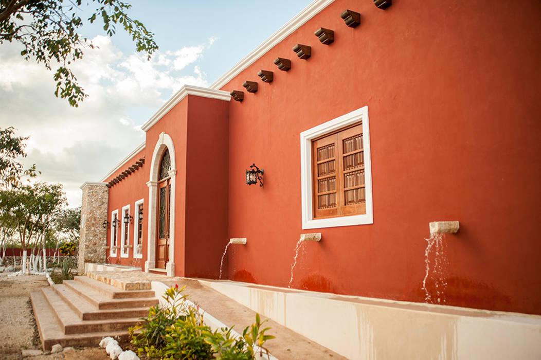 Fuentes en acceso principal Puertas y ventanas coloniales de Arturo Campos Arquitectos Colonial