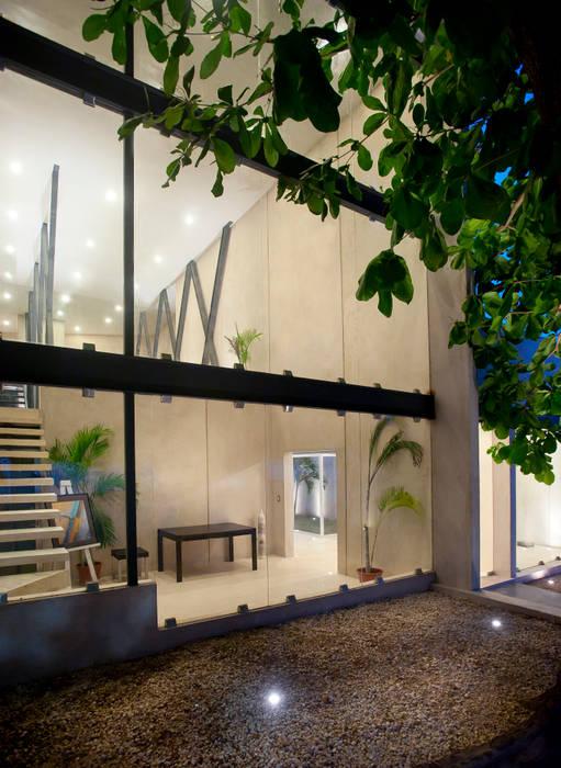 Vestíbulo a oficina principal y mezzanine: Edificios de Oficinas de estilo  por Arturo Campos Arquitectos