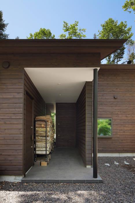 玄関~025軽井沢Sさんの家 atelier137 ARCHITECTURAL DESIGN OFFICE クラシカルな 窓&ドア 木 ブラウン
