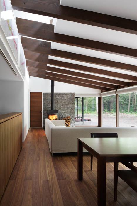 リビング~025軽井沢Sさんの家: atelier137 ARCHITECTURAL DESIGN OFFICEが手掛けたリビングです。