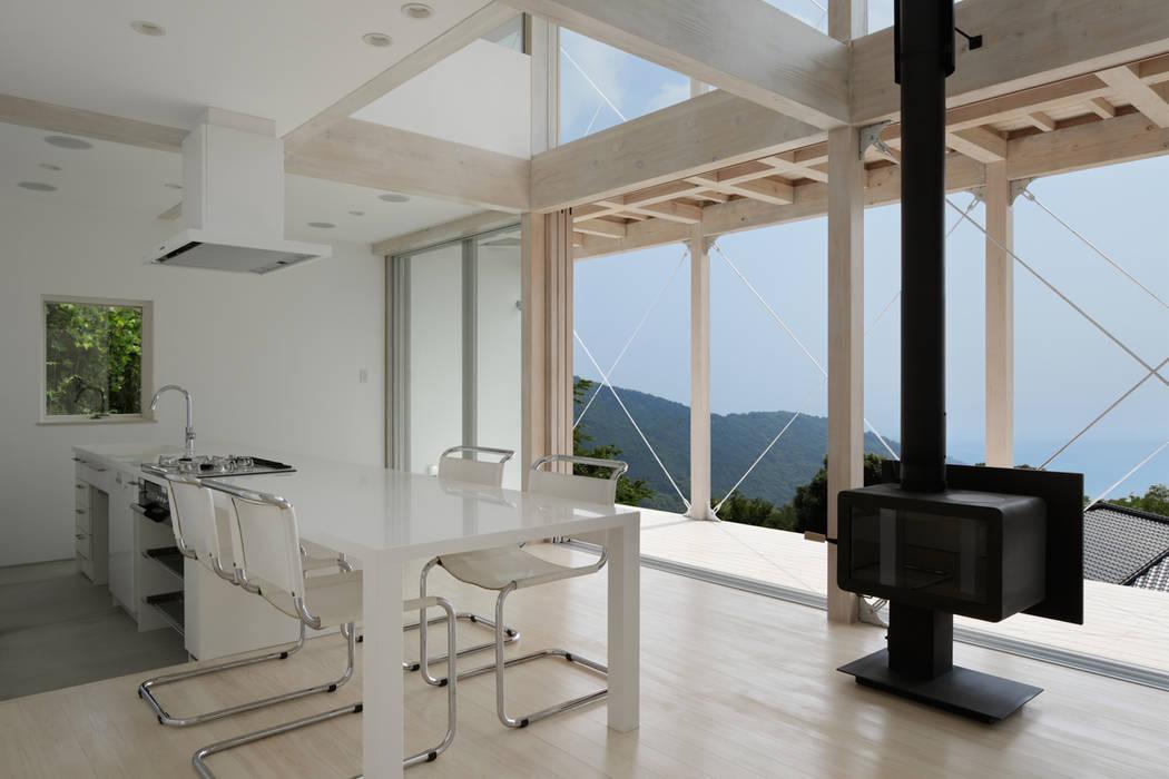 ダイニングキッチン~熱海伊豆山Yさんの家 地中海デザインの ダイニング の atelier137 ARCHITECTURAL DESIGN OFFICE 地中海 木 木目調