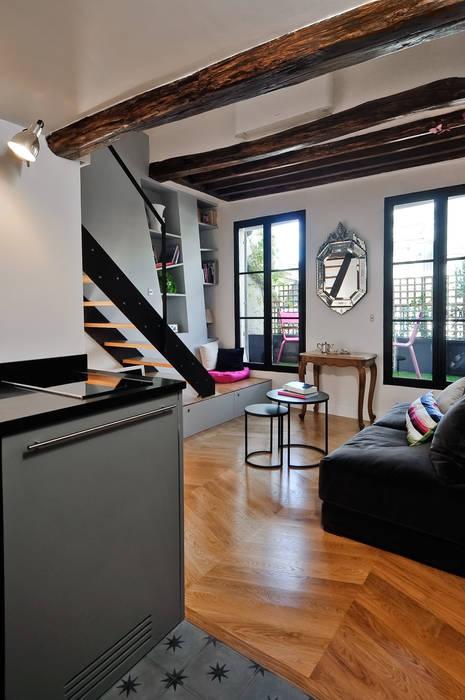 Salon - vue sur terrasse: Salon de style  par Marion Rocher, Moderne