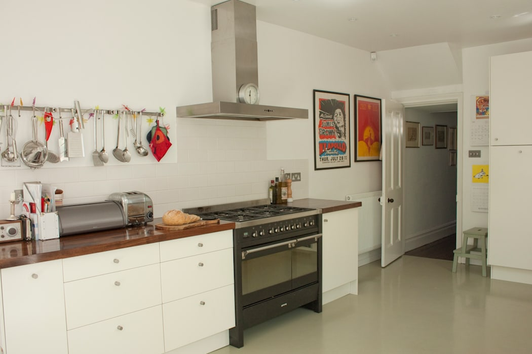Kitchen with range cooker by Dittrich Hudson Vasetti Architects Modern