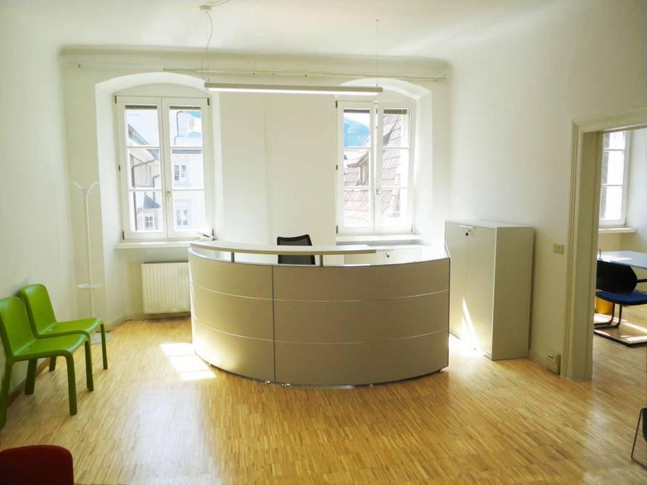 Reception_4: Complessi per uffici in stile  di Arch. Tommaso Rossi