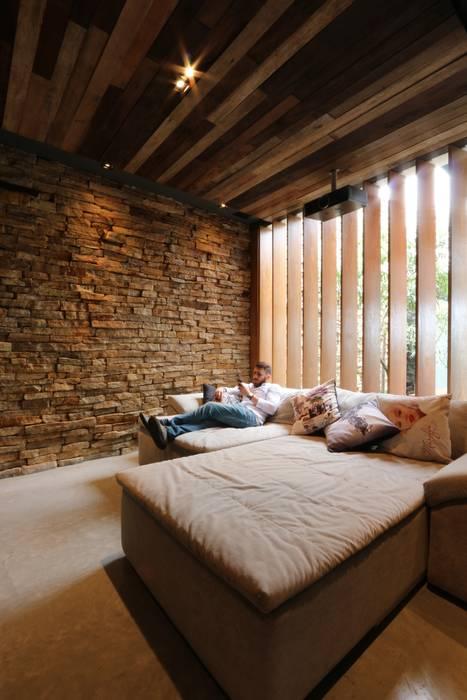 Salas multimedia de estilo minimalista de ZAAV Arquitetura Minimalista