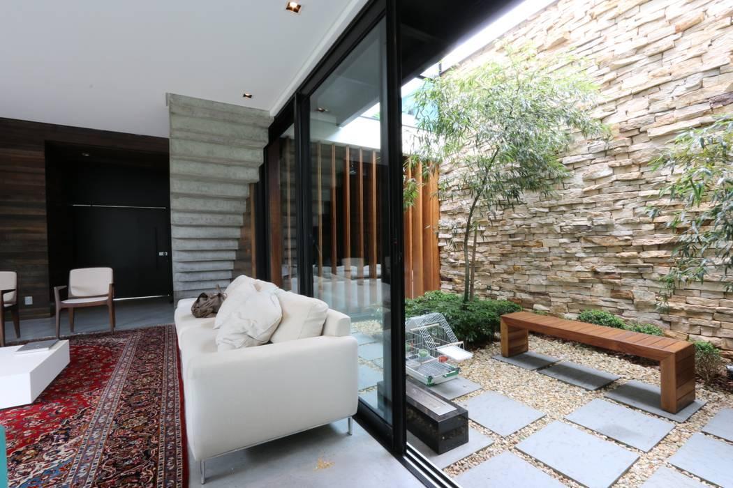 Jardines de invierno de estilo minimalista de ZAAV Arquitetura Minimalista