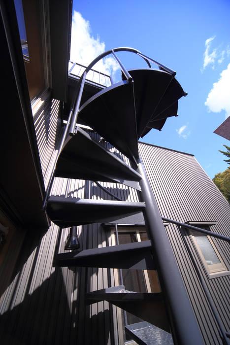 らせん階段 モダンな 家 の 悠らり建築事務所 モダン