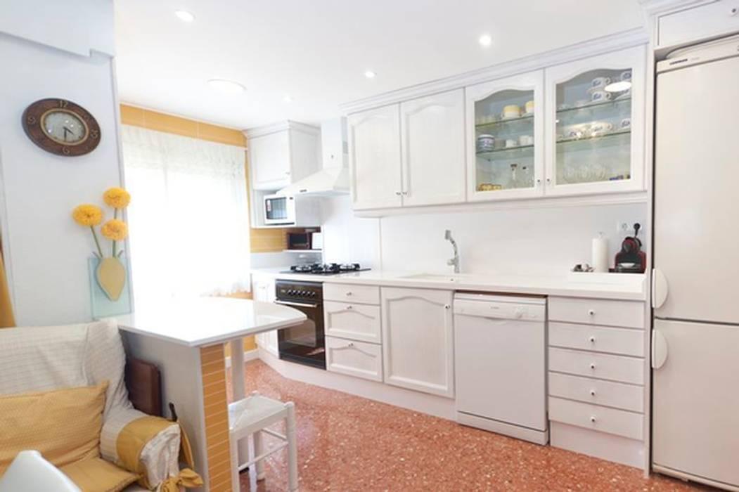 Cocina provenzal: Cocinas de estilo clásico de MUDEYBA S.L.
