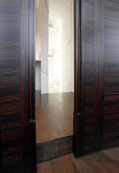 Porte coulissante en placage d'ébène de Macassar avec frisage : Couloir et hall d'entrée de style  par Atelier TO-AU
