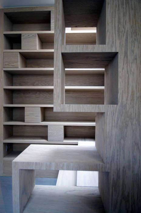 Escalier bibliothèque: Couloir et hall d'entrée de style  par Atelier TO-AU