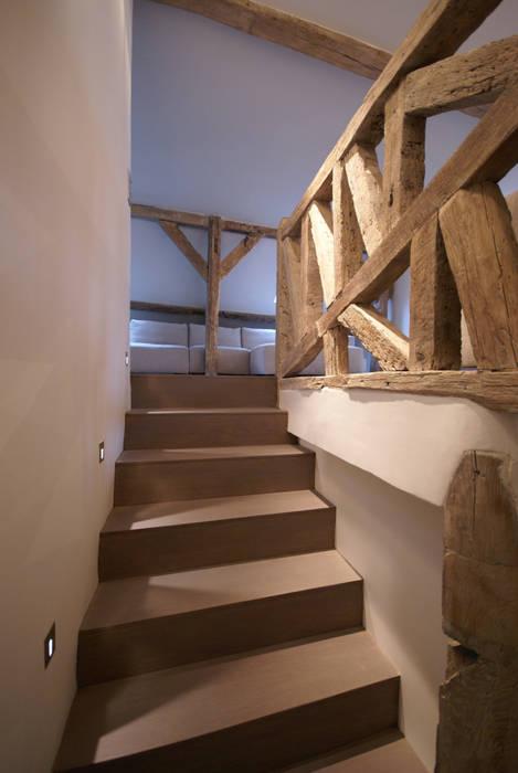 Escalier Couloir, entrée, escaliers rustiques par Atelier TO-AU Rustique