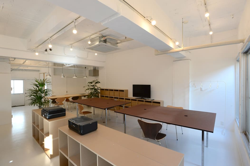 coworking space in 5th Avenue 모던스타일 서재 / 사무실 by SHUSAKU MATSUDA & ASSOCIATES, ARCHITECTS 모던