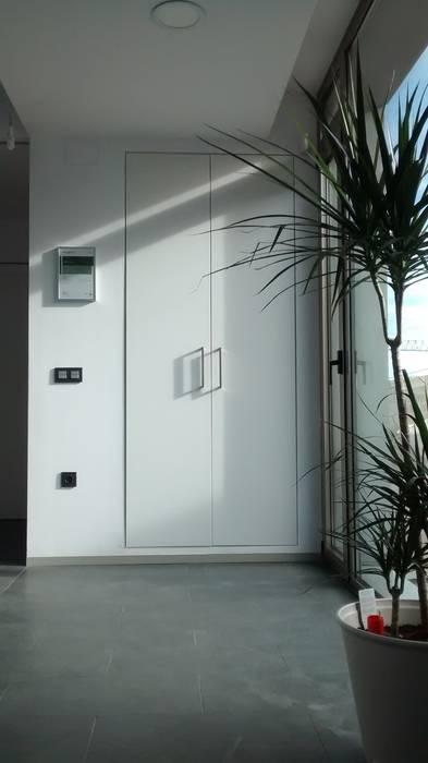 Vestíbulo con armario.: Pasillos y vestíbulos de estilo  de Estudio1403, COOP.V. Arquitectos en Valencia, Moderno