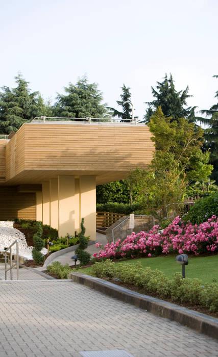Piscina Esterna Thalassoterapica: Spa in stile in stile Moderno di ssuma
