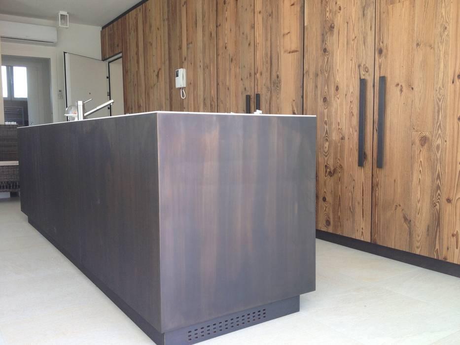 Cucina in ottone acidato realizzata a misura: Cucina in stile in stile Moderno di MONICA POLETTI INTERIORS