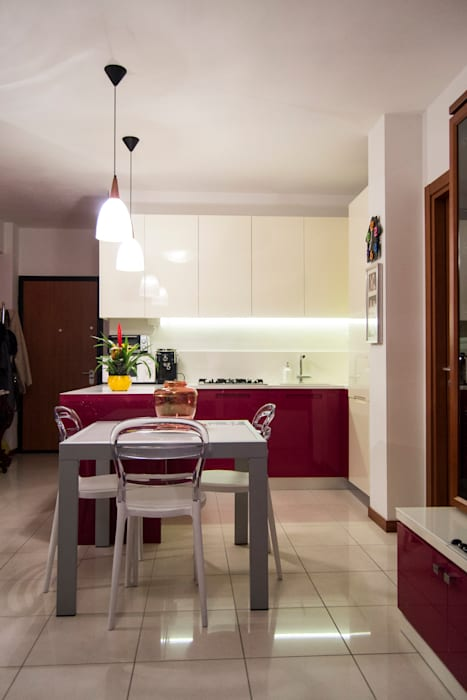 Cucina bicolore laccata lucida rossa e bianca: cucina in stile di ...