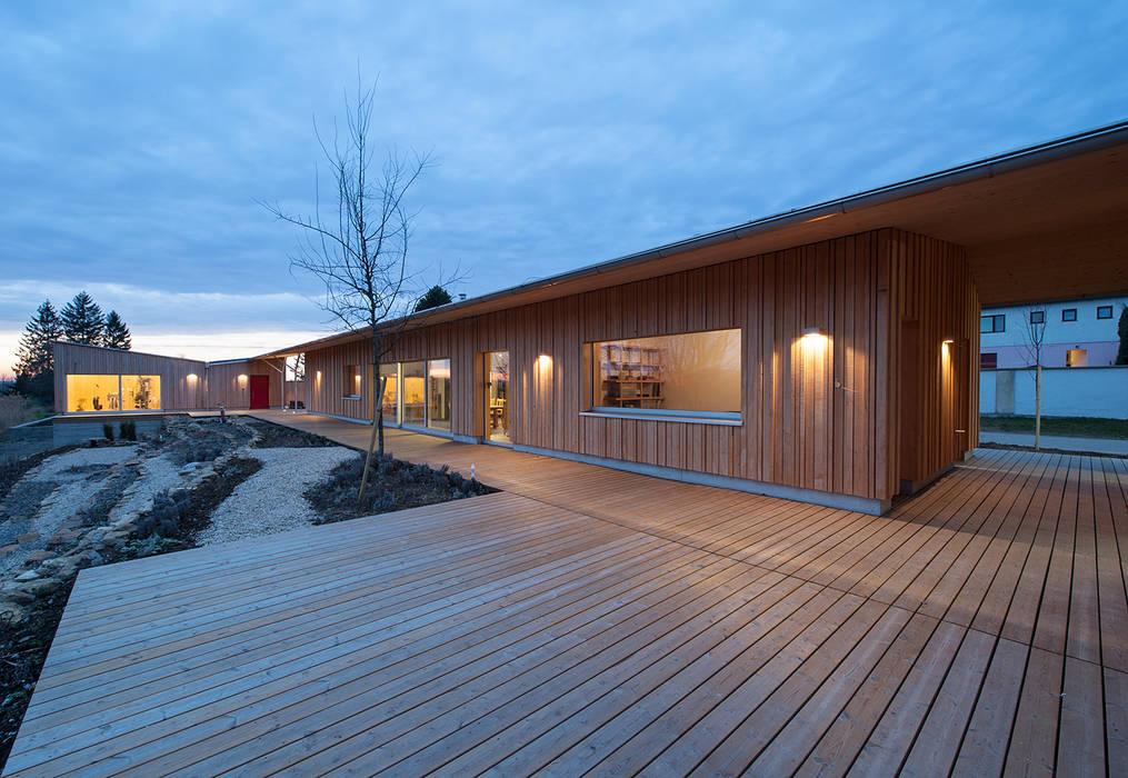 Energieeffizienter Bungalow im Weißtannenkleid Moderner Balkon, Veranda & Terrasse von Abendroth Architekten Modern