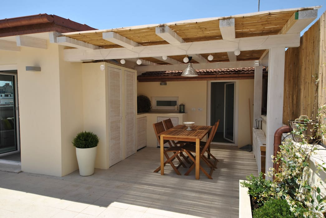 Attico quartiere ostiense, zona gazometro - Roma Formaementis Balcone, Veranda & Terrazza in stile minimalista