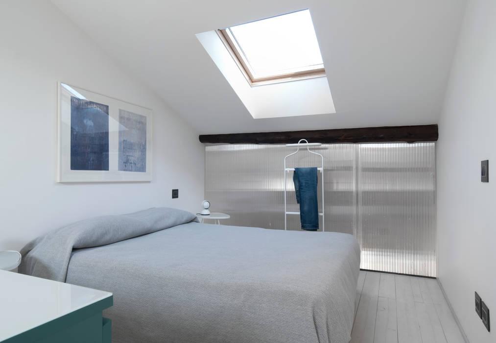 Camera da letto al livello superiore: Camera da letto in stile in stile Moderno di PLUS ULTRA studio