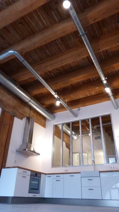 Entrepôt transformé en Loft à Marseille Murs & Sols modernes par MàJ Architectes Moderne