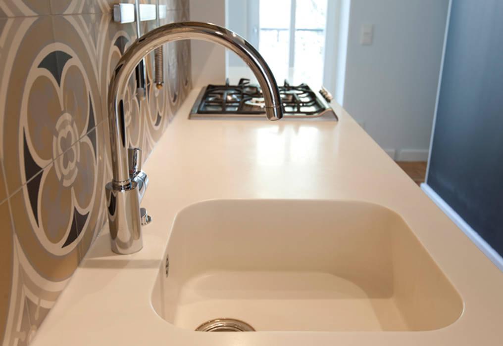 CORIAN KÜCHENPLATTE MIT INTEGRIERTEM WASCHBECKEN: Moderne Küche Von Eyrich  Hertweck Architekten
