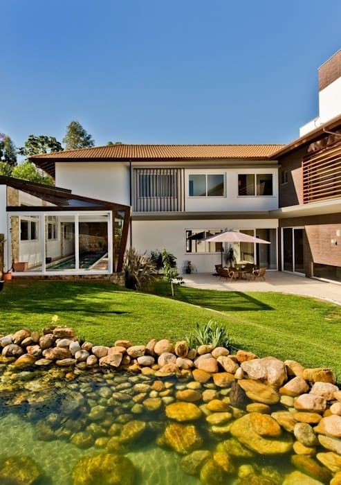 Tropical style gardens by Espaço do Traço arquitetura Tropical
