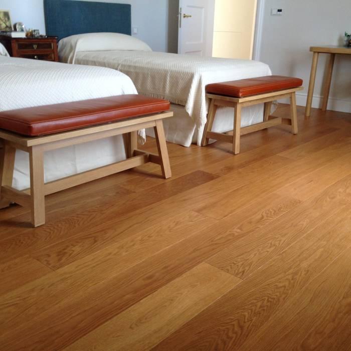 Tarima de gran formato de roble - Tarimas de Autor: Camera da letto in stile in stile Classico di Tarimas de Autor