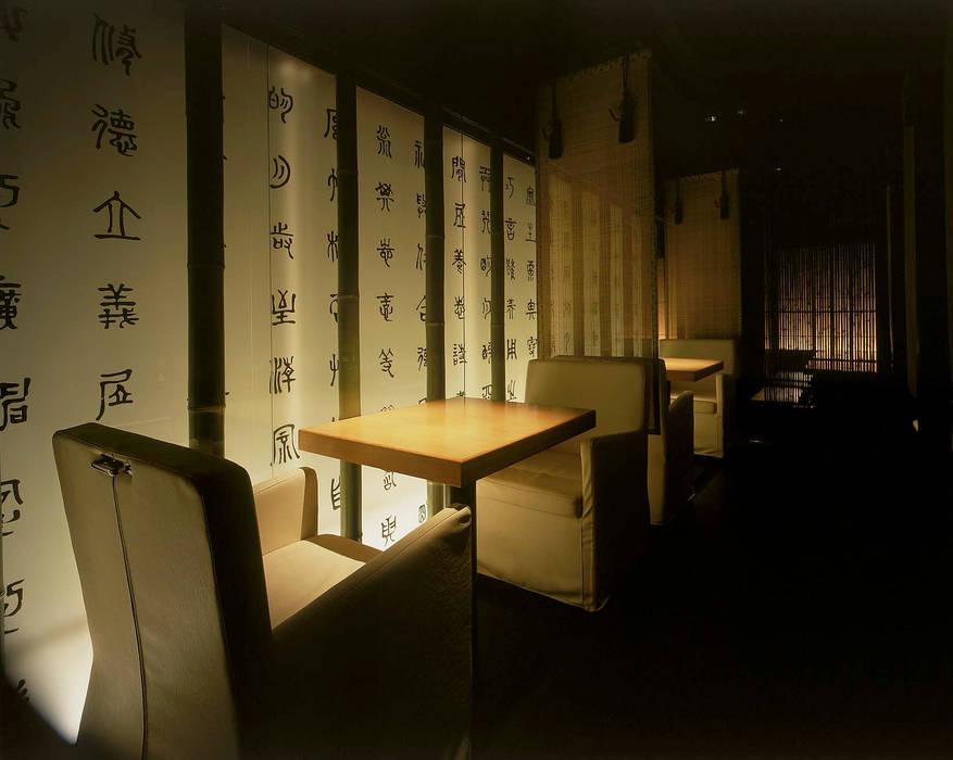 光壁に包まれたテーブル席をみる: Shigeo Nakamura Design Officeが手掛けたオフィススペース&店です。