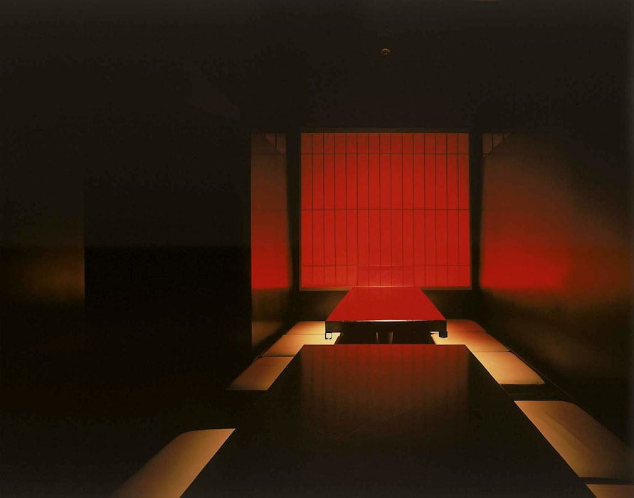 小上がり席と3色に変わる光障子: Shigeo Nakamura Design Officeが手掛けたオフィススペース&店です。