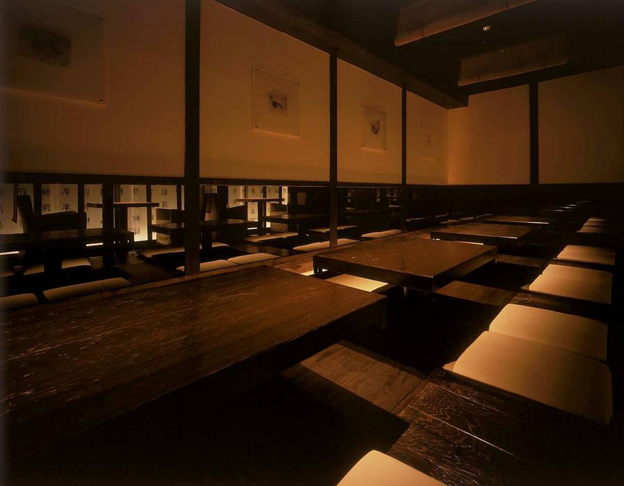 ミラー越しに光り壁が映る小上がり席 の Shigeo Nakamura Design Office 和風