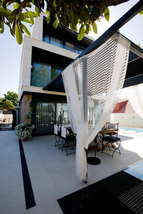 Entrada Lateral Jardines de estilo minimalista de IPUNTO INTERIORISMO Minimalista