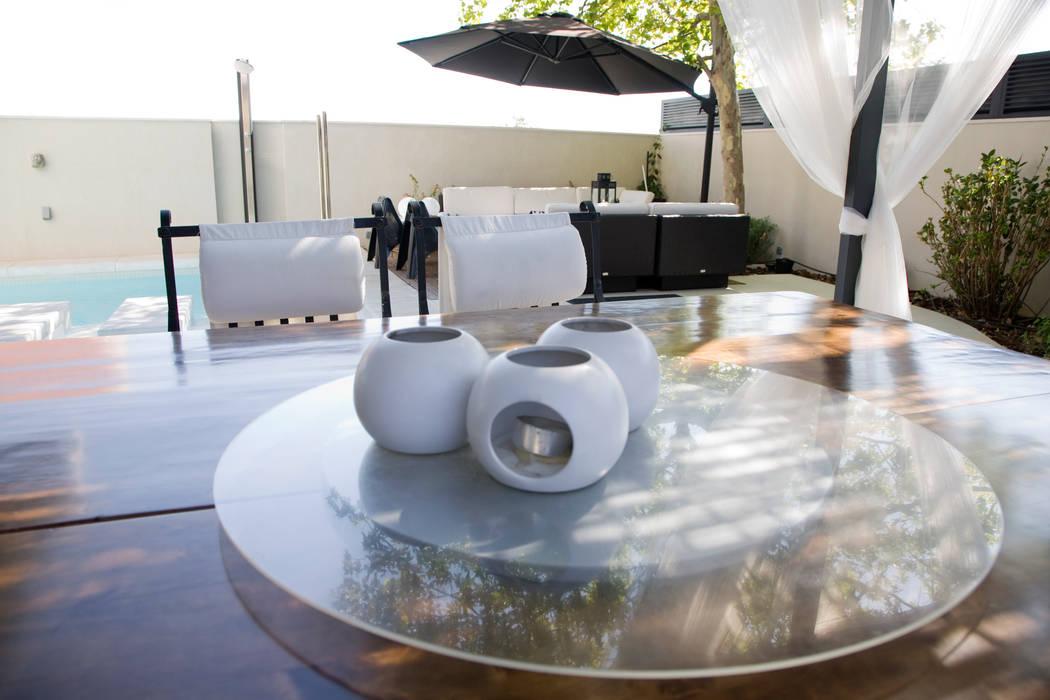Ilumina en blanco: Jardines de estilo  de IPUNTO INTERIORISMO