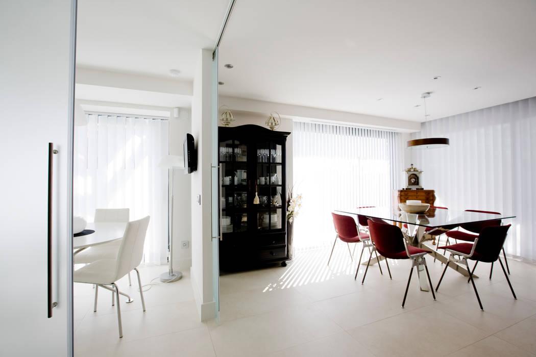 Separación de espacios IPUNTO INTERIORISMO Puertas y ventanas de estilo minimalista