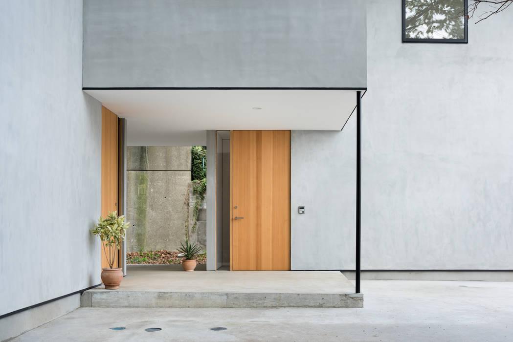 Modern windows & doors by 栗原隆建築設計事務所 Modern