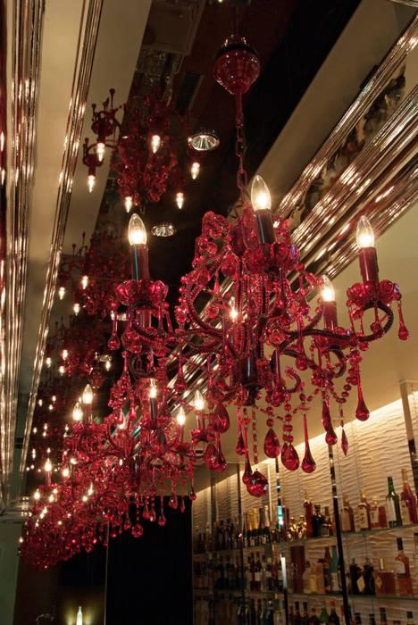Bar counter上の赤いシャンデリア の Shigeo Nakamura Design Office クラシック