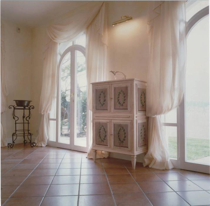 Living-room, dettaglio: Soggiorno in stile in stile Classico di Studio Mingaia
