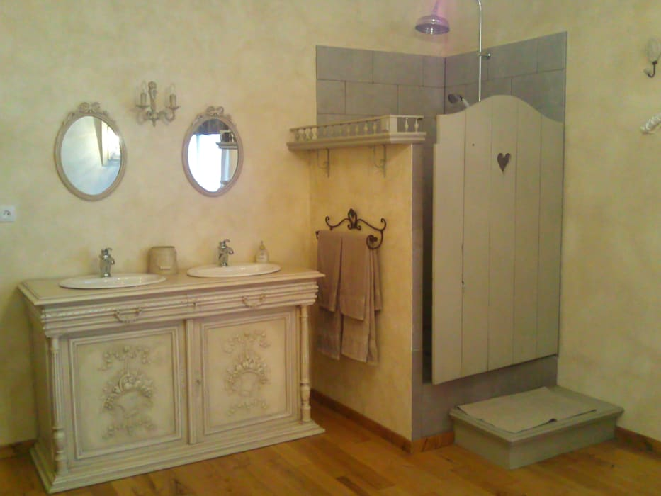 Ancien buffet revisité en meuble de salle de bain double vasques: Salle de bains de style  par Atelier Marlène Mandavy,