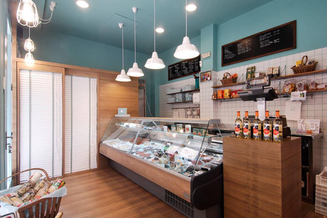 Tienda gourmet en Bilbao diseñada y ejecutada por Sube Susaeta Interiorismo Oficinas y tiendas de estilo escandinavo de Sube Susaeta Interiorismo Escandinavo