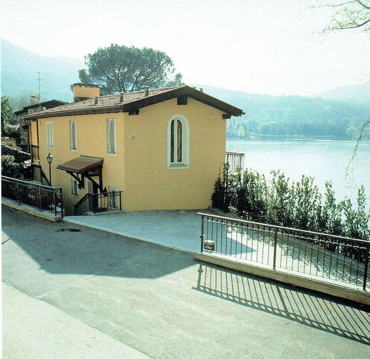 La casa vista dalla strada.: Case in stile in stile Classico di Studio Mingaia