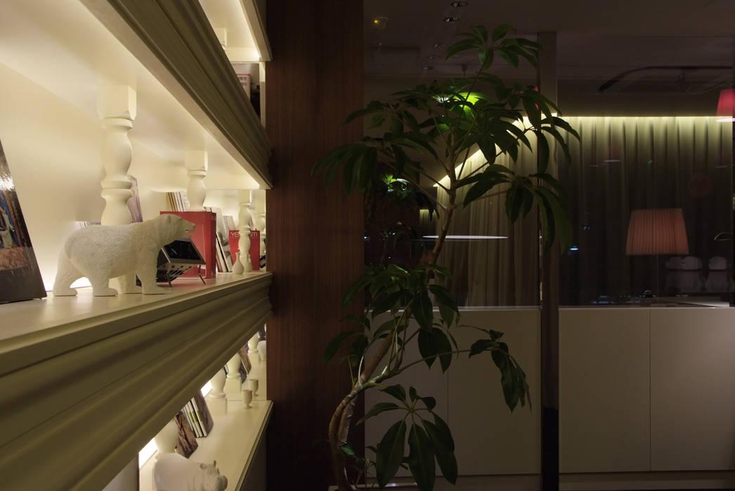 室内から望むハーフミラーのショーウィンドウ(夜間) の Shigeo Nakamura Design Office モダン