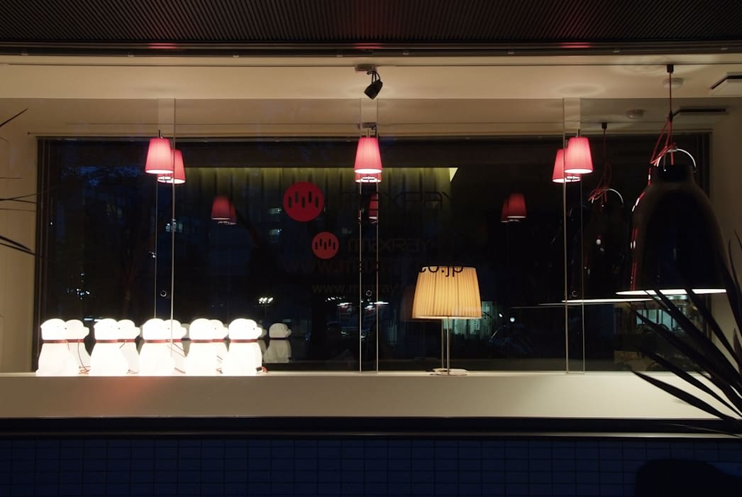 ショーウィンドウ(夜間) の Shigeo Nakamura Design Office モダン