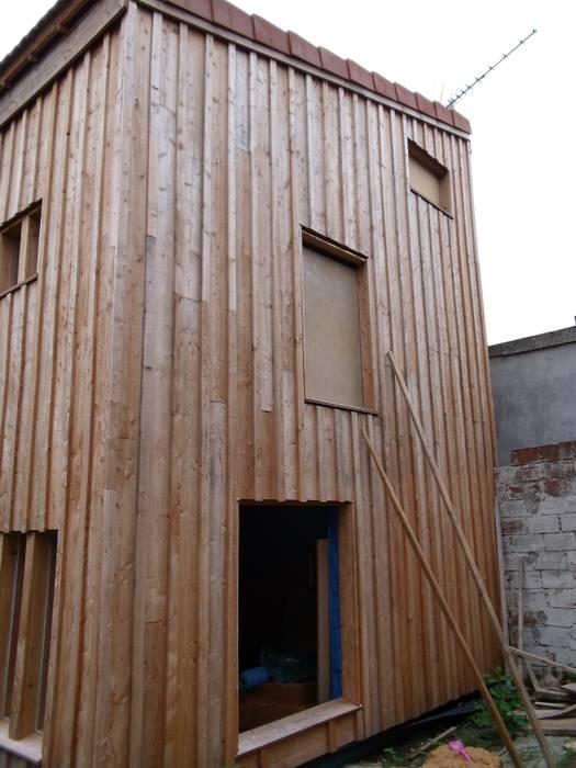 Vue de la façade arrière, en cours de chantier. Maisons modernes par Architecte DPLG Moderne